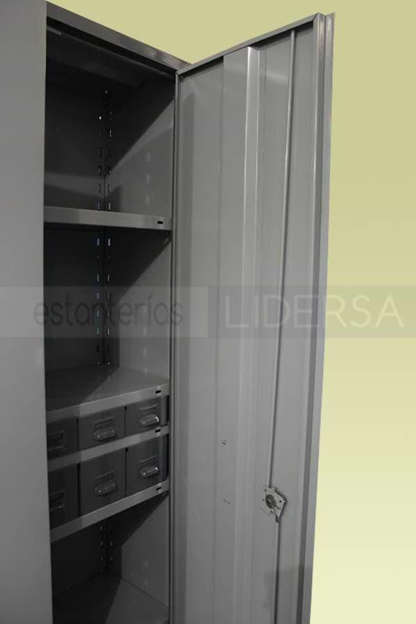 Detalle interno de la puerta batiente, puede observarse como la estantería metálica ha combinado laterales y fondos, estantes y cajones metálicos
