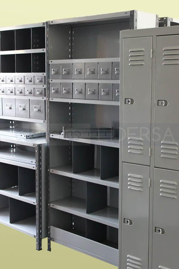 La estantería metálica cuenta con una amplia variedad de accesorios