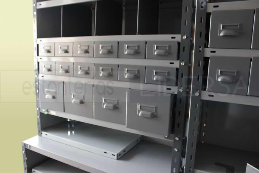 La estantería metálica junto con sus accesorios provee un eficiente sistema de almacenamiento modular