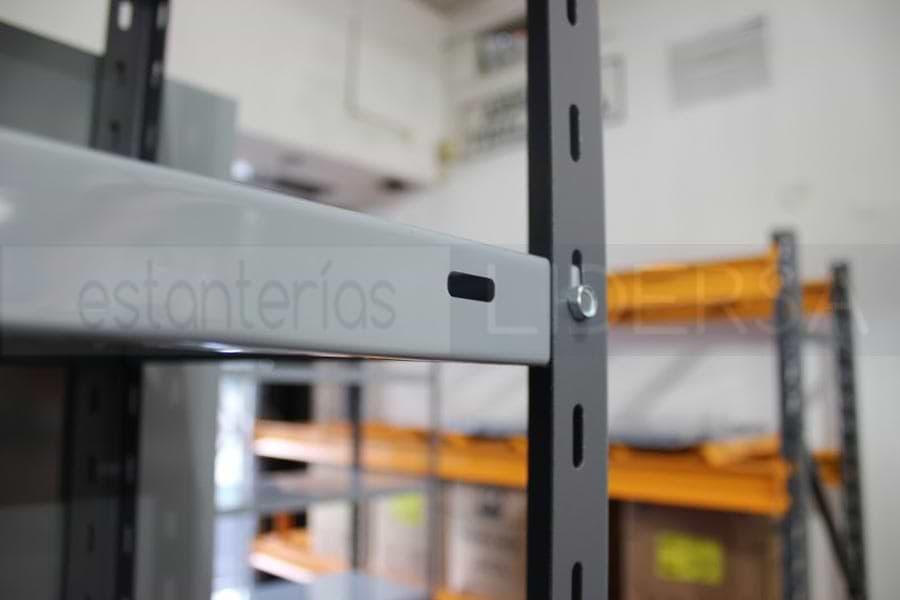 La estantería metálica provee un sistema de almacenamiento modular